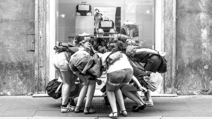 Девушки у витрины