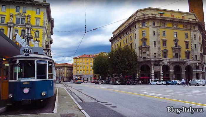 Городская улица и трамвай