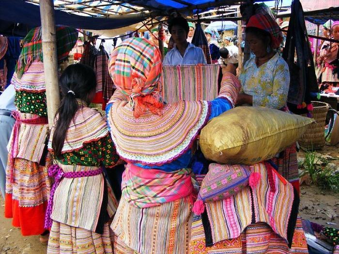 Торговля тканью в городе Сапа.jpg