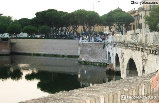 С одной стороны моста