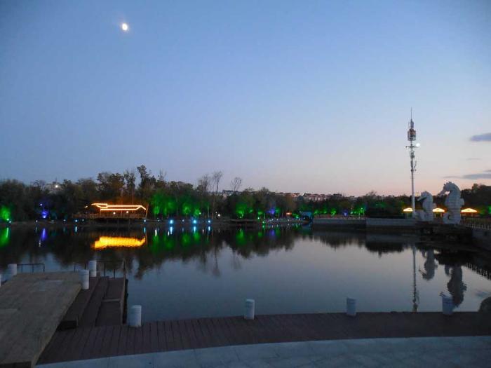 парк Хуньчуня возле озера