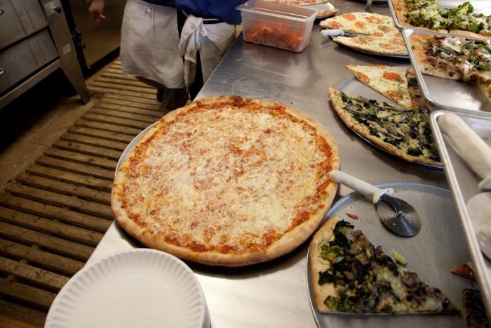 Пицца в кафе Бронкса, Нью-Йорк.jpg