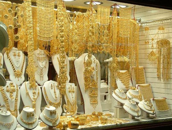 Витрина обычного магазина с золотом