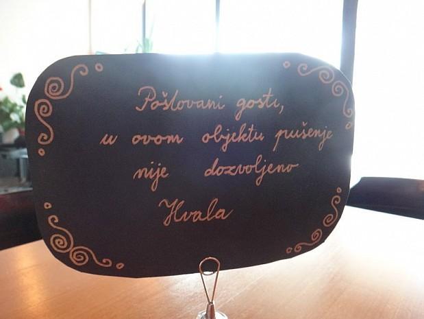 На столиках рукописные таблички - уважаемые гости, в этом заведении курение не разрешено. Спасибо